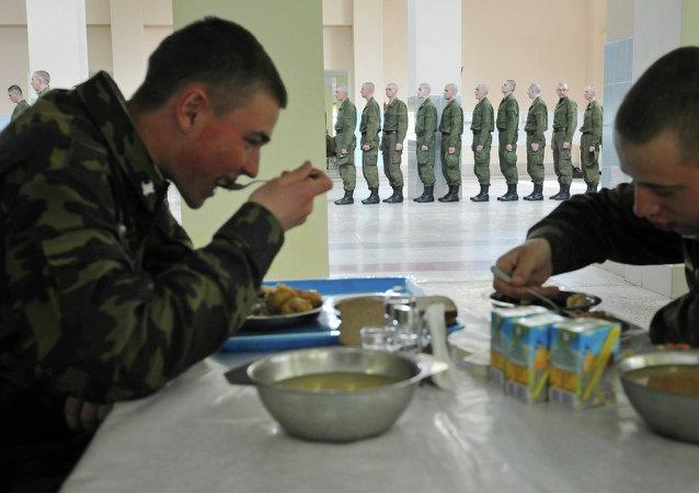 Soldados comen en la base militar