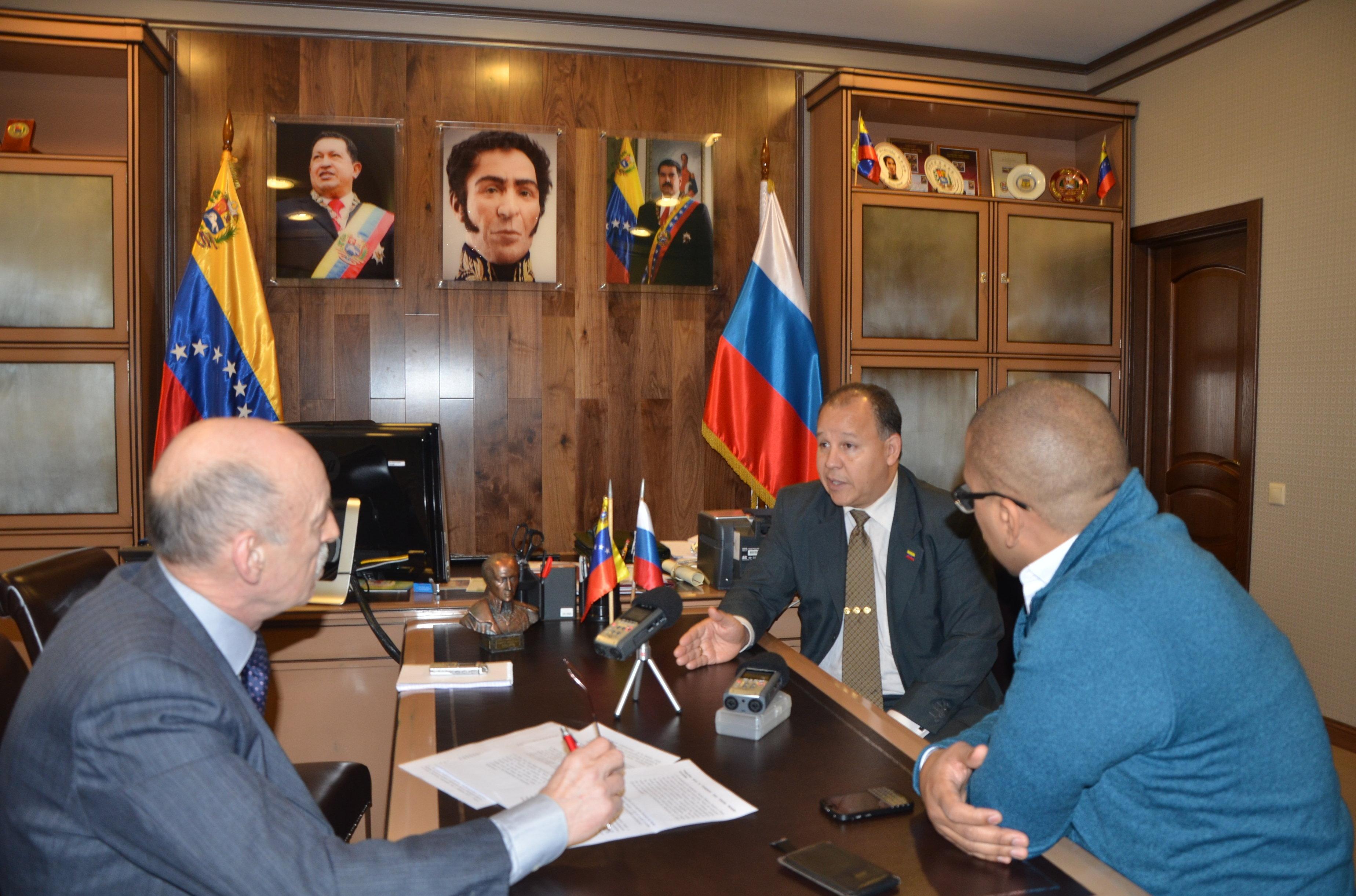 Durante la entrevista con Juan Vicente Paredes Torrealba en la Embajada de Venezuela en Moscú