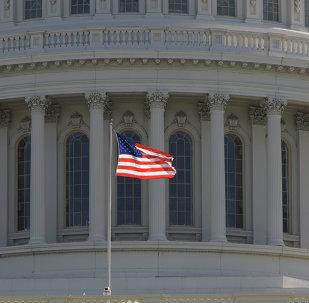 ndera estadounidense frente al Capitolio de EEUU en Washington (imagen referencial)