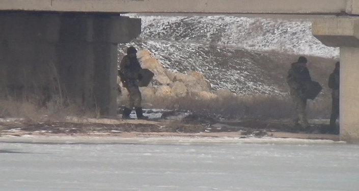 Militares ucranianos minan puente en la frontera con Rusia