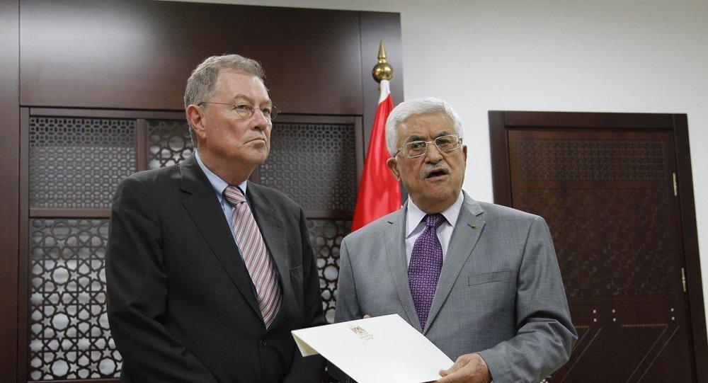 El presidente de Palestina, Mahmoud Abbas (dcha.) se reúne con Robert Serry, representante saliente de la ONU para Oriente Medio en la ciudad cisjordana de Ramallah,13 de julio 2014