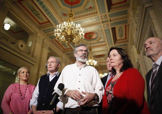 Presidente de Sinn Fein Gerry Adams y miembros del partido Michelle O'Neill, Martin McGuinness, Conor Murphy, Jennifer McCann y Alex Maskey