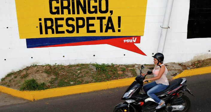 Un graffiti 'Gringo, respect us!' en Caracas