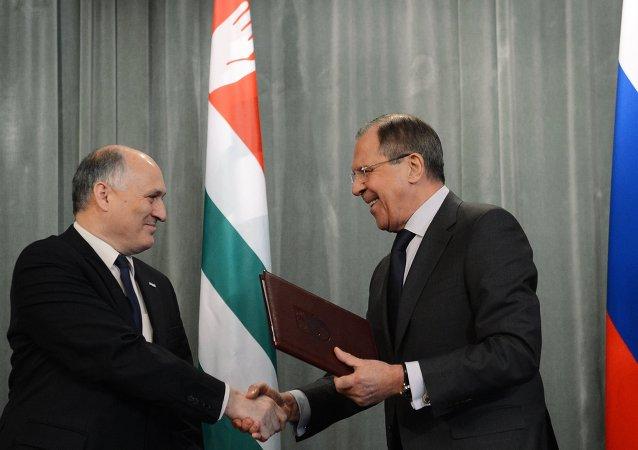 Ministro de Exteriores de Abjasia, Viacheslav Chirikba, y ministro de Exteriores de Rusia, Serguéi Lavrov