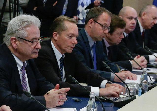 Emmanuel Quidet (izda.), presidente de la Cámara Franco-Rusa de Comercio, durante un encuentro de hombres de negocios de diferentes países con el jefe del Parlamento ruso