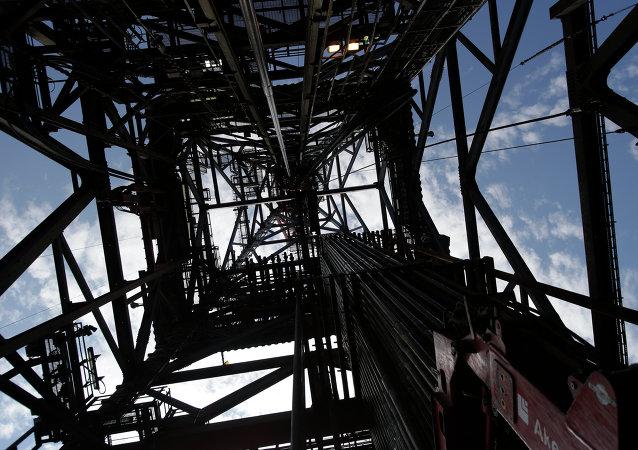 Extracción de petróleo en una plataforma petrolífera