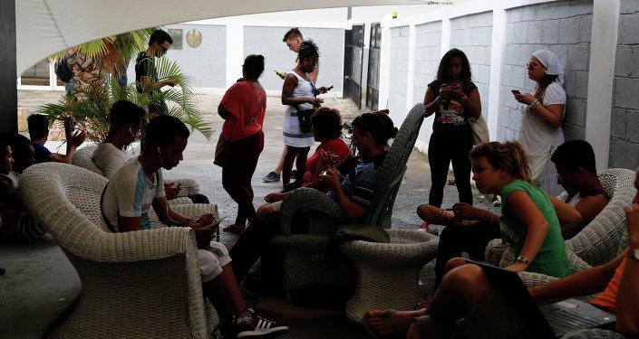 Los cubanos usan internet conección