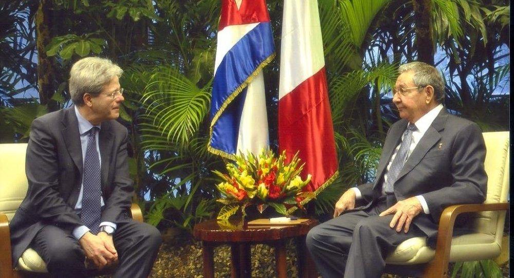 Ministro de Relaciones Exteriores de Italia, Paolo Gentiloni, y presidente de Cuba, Raúl Castro