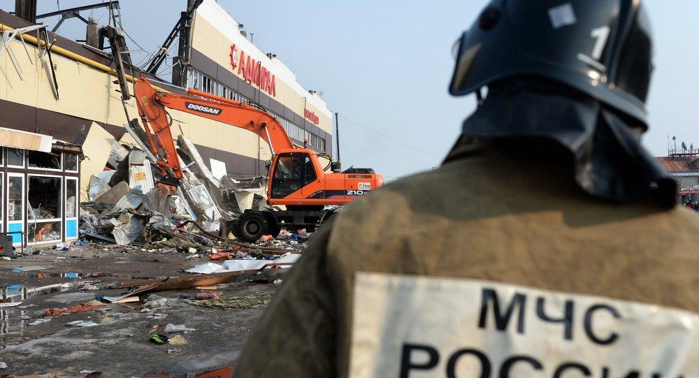 Bombero en el lugar del incendio en el centro comercial Admiral en Kazán
