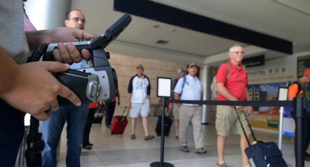 Personal de Salud Pública de Honduras pantalla de los pasajeros para el virus de ébola en el aeropuerto internacional de Tegucigalpa
