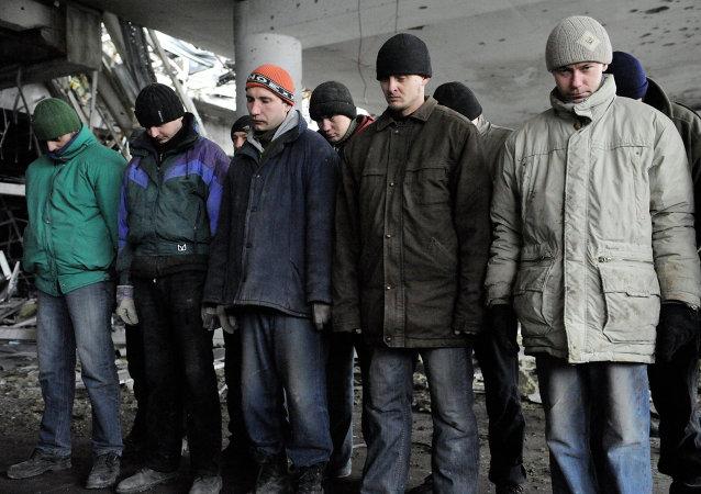 Prisioneros de guerra de las Fuerzas de Seguridad de Ucrania en el aeropuerto de Donetsk