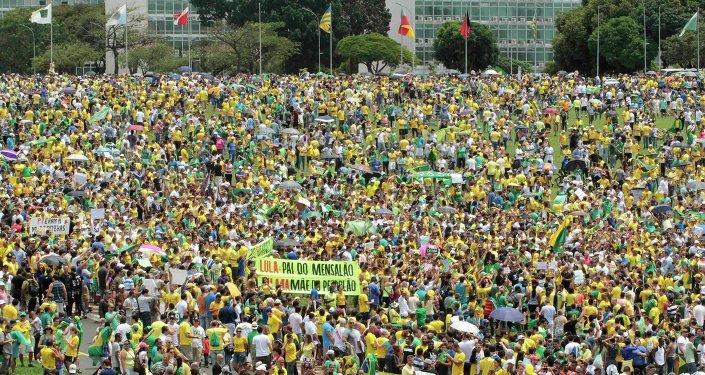 Manifestantes participan en una protesta contra la presidenta de Brasil, Dilma Rousseff