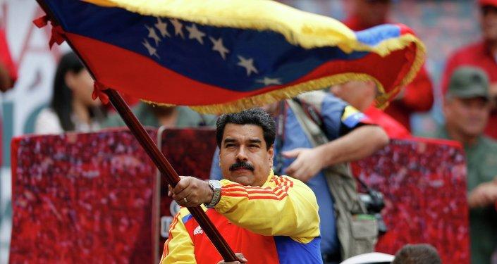 Nicolas Maduro con la bandera de Venezuela