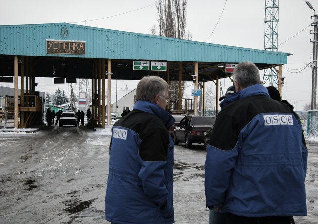 Coches de la OSCE en la frontera ruso-ucraniana
