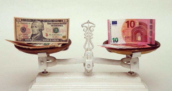 Dólar y euro en la báscula