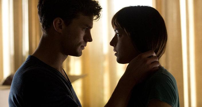 Actores Charlie Hunnam y Dakota Johnson en la película Cincuenta sombras de Grey