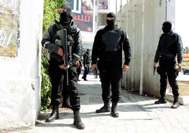 Fuerzas de seguridad tunecinas vigilan el exterior del Museo del Bardo