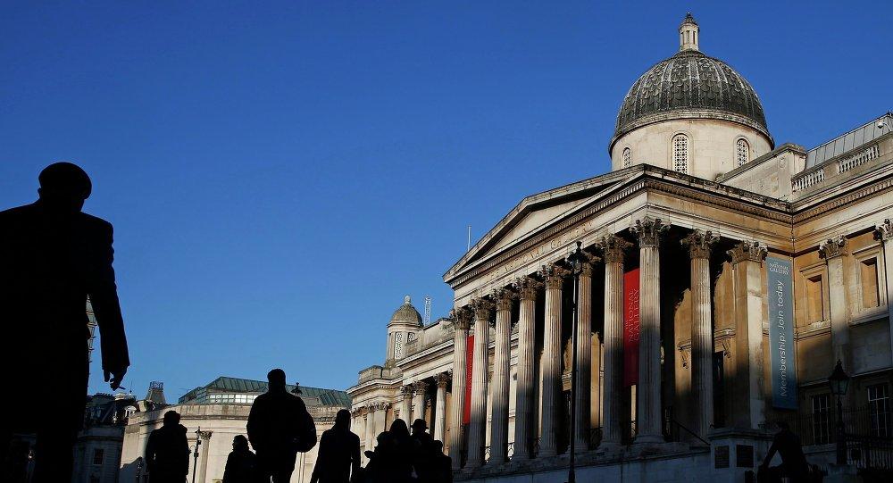 Gente camina cerca de Gallería National en London