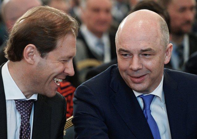 Ministro de Industria y Comercio de Rusia, Denís Manturov y ministro de Finanzas, Antón Siluánov