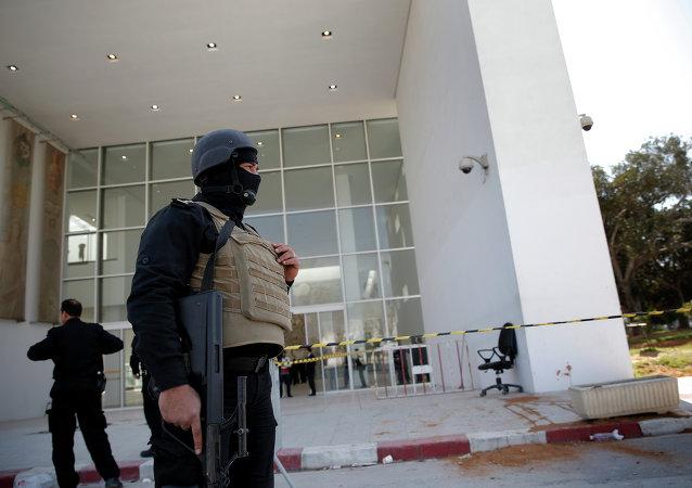 Policías cerca del Museo del Bardo en Túnez