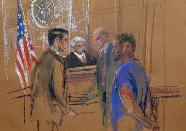 Tairod Nathan Webster Pugh (dcha.) aparece ante el juez federal de distrito de Nueva York