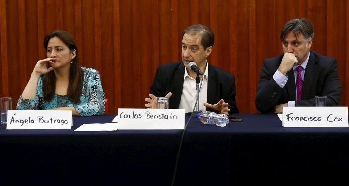 Los miembros de la CIDH (izquierda a derecha): Ángela Buitrago, Carlos Beristáin y Francisco Cox en una conferencia de prensa en la Ciudad de México