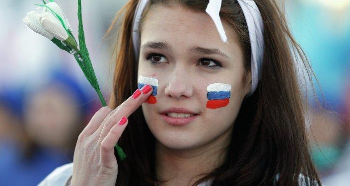Una chica rusa con la bandera nacional pintada en su rostro