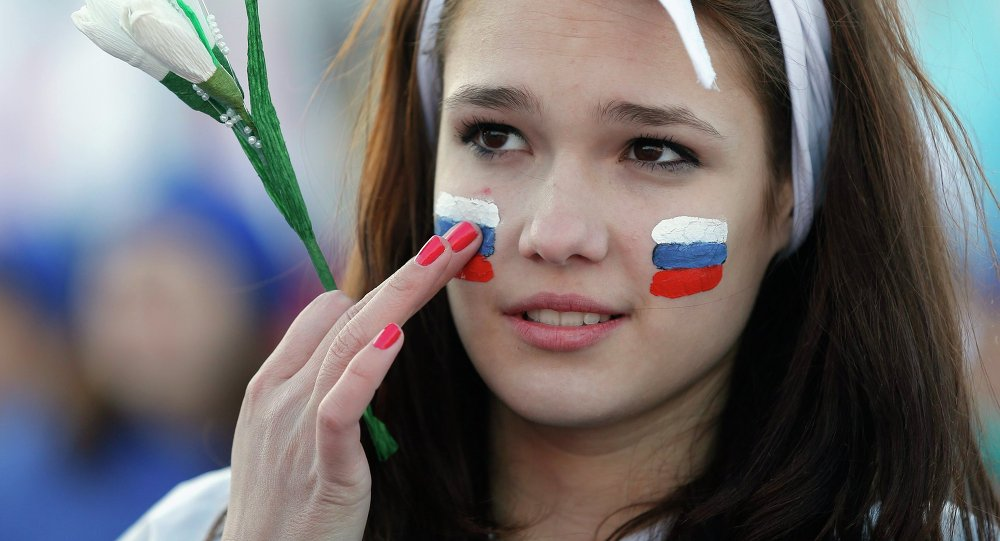 Una chica con las banderas rusas en sus mejillas toma parte en las celebraciones que marcan  el aniversario del referendum en Crimea Marzo 16, 2015.