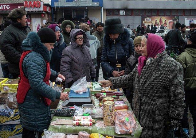 Personas compran la comida en el mercado en Donbás