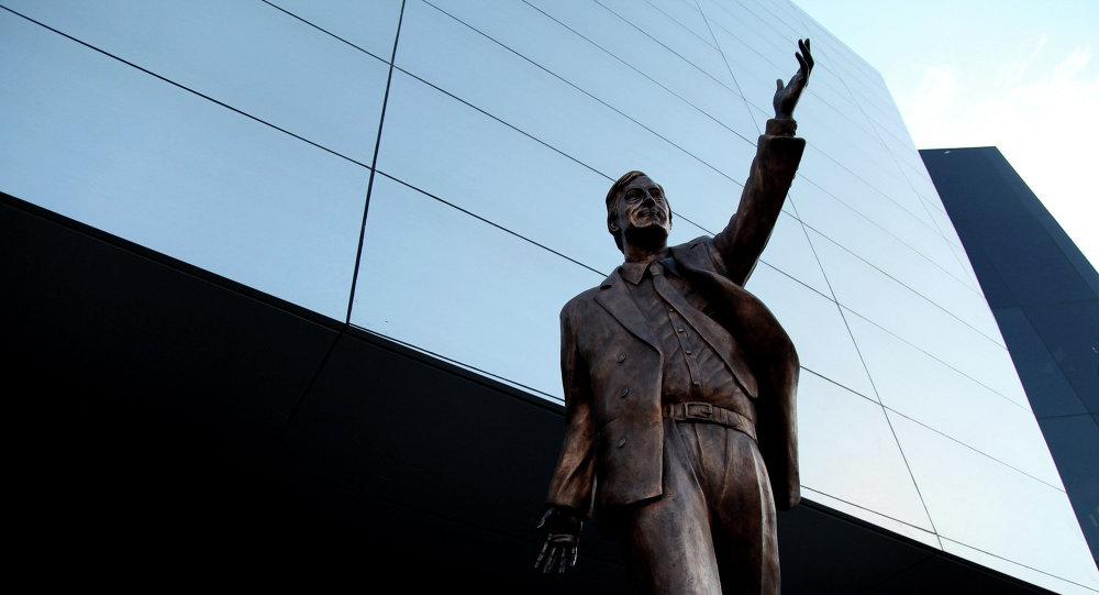 La estatua de Néstor Kirchner en la sede de la UNASUR