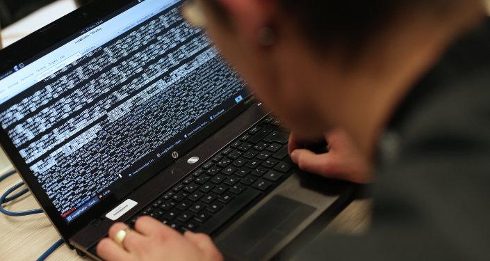Un hombre trabajando con el ordenador