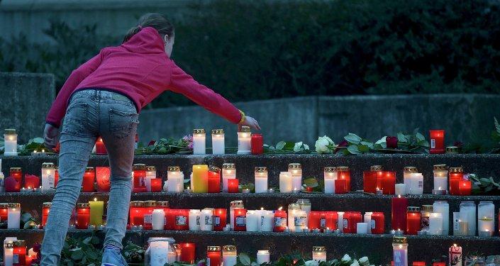 Los estudiantes y profesores de la escuela secundaria Josef-Koenig-Gymnasium en Haltern am See colocan velas encendidas el exterior de su escuela en memoria de 16 compañeros y dos profesores murió en el accidente del Airbus A320