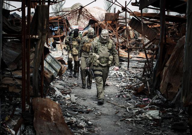 Milicias de la RPD en una de las ciudades destruidas de Donbás