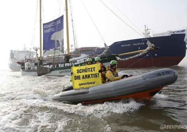 Protesta de Greenpeace en el puerto alemán de Hamburgo