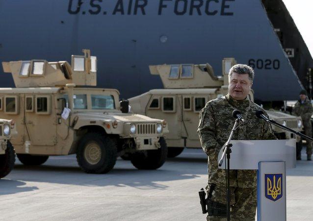 Petró Poroshenko presenta la entrega del primer lote de vehículos estadounidenses Humvee