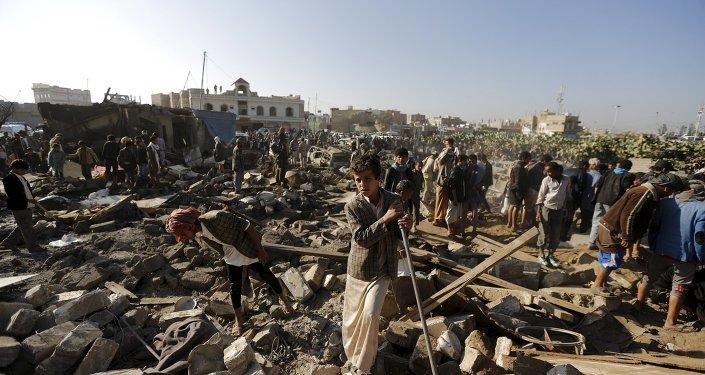 Casas destruidas daurante el ataque aereo en Saná