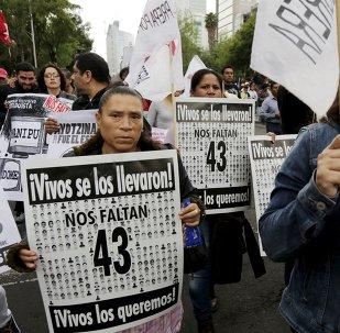 Familiares de 43 estudiantes desaparecidos