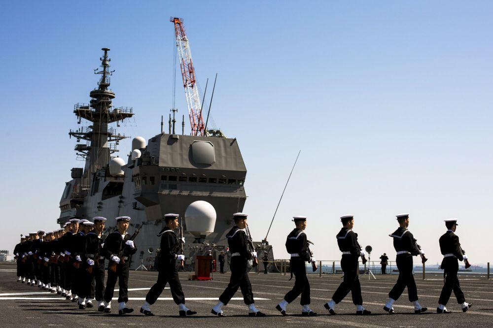 La ceremonia de entrega del portahelicópteros Izumo en el puerto de Yokohama