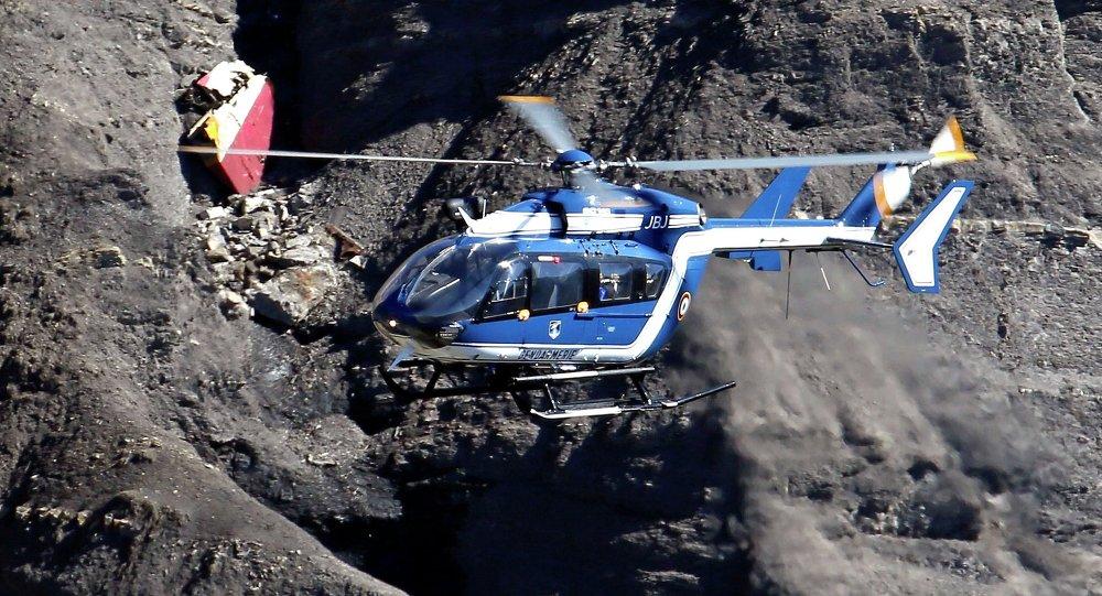 Helicóptero en el lugar de la catástrofe de A320 en los Alpes franceses