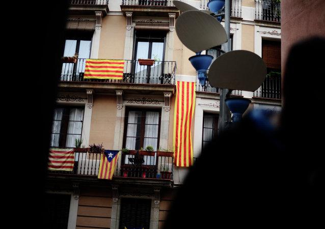 Banderas de Cataluña se muestran en el balcón en Barcelona
