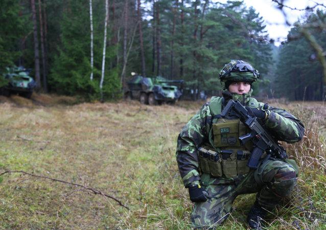 Soldado checo durante las maniobras de la OTAN