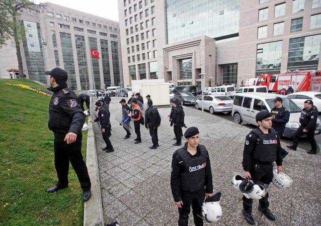 Policía antidisturbios ante el Palacio de Justicia en Estambul, 31 de marzo de 2015
