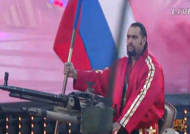 Luchador de EEUU entra en un estadio sobre un tanque y al son del himno ruso