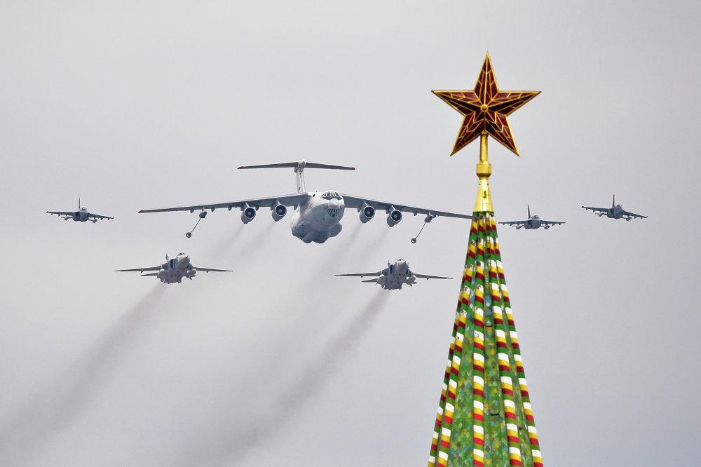 El avión nodriza IL-78, bombarderos Su-24 (detrás) y aviones de instrucción y combate Yak-130 (a la derecha y a la izquierda) sobrevuelan la Plaza Roja de Moscú durante un ensayo del Desfile de la Victoria