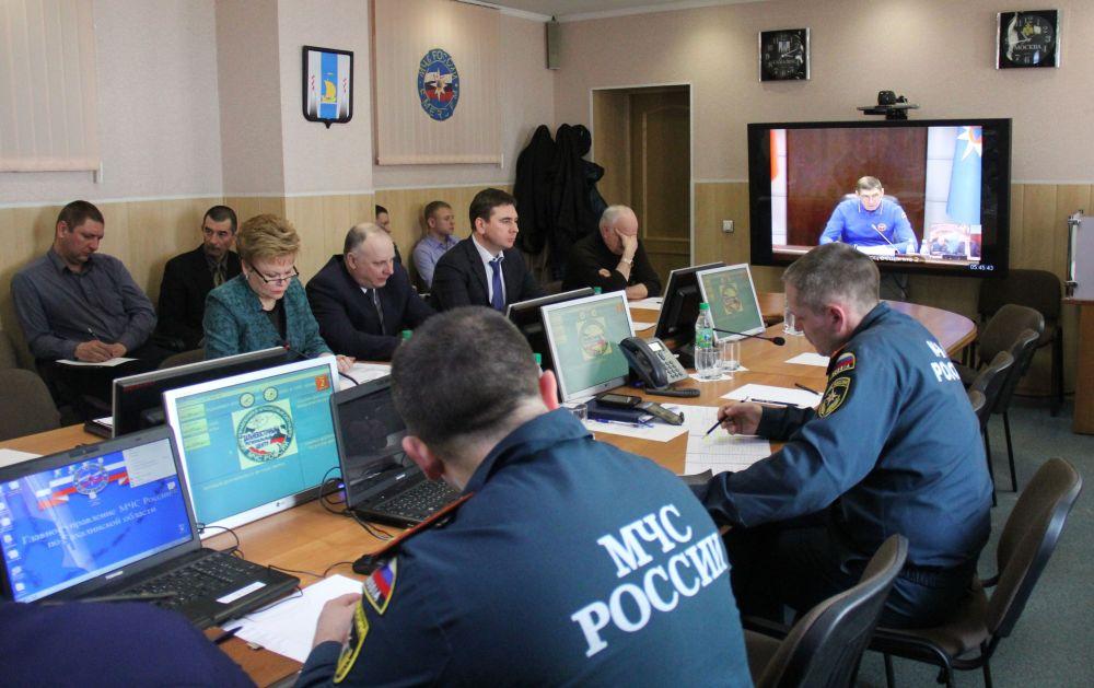 Representantes de la administración de la provincia de Sajalín durante una teleconferencia con la comisión gubernamental formada para coordinar la operación de rescate  en el mar de Ojotsk