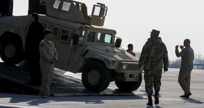 Militares ucranianos cerca de un vehículo militar Hammer (archivo)