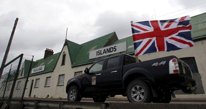 Un vehículo pasea por Puerto Argentino en Islas Malvinas con la bandera de Gran Bretaña