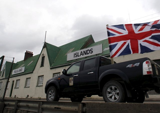 Un vehiculo con bandera británica pasa por las islas Malvinas