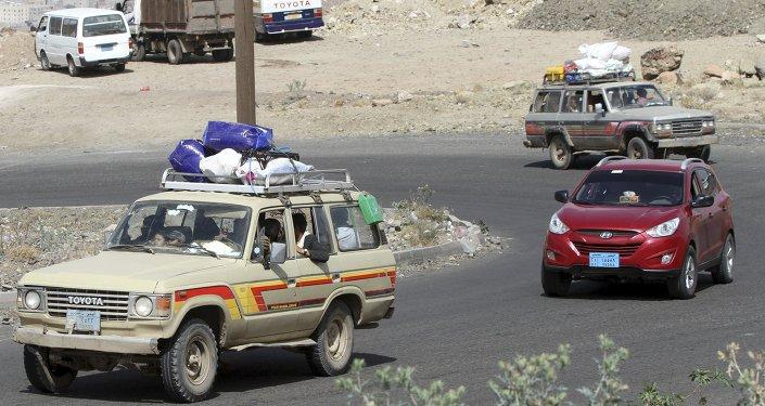 Varios vehiculos con gente que intenta marcharse de Saná