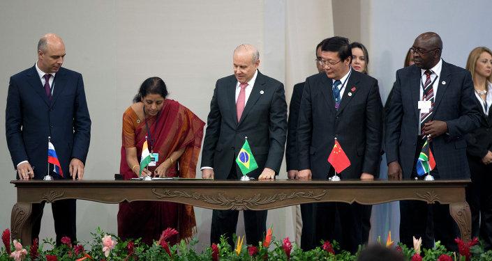 (Izquierda a derecha): ministros de Finanzas de los miembros de BRICS - de Rusia, Antón Siluánov, de India, Nirmala Sitharaman, de Brasil, Guido Mantega, de China, Lou Jiwei, y de Sudáfrica,Nhlanhla Nene, -  en el cumbre de BRICS en Fortaleza en 2014